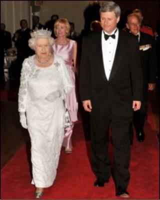 Королева Елизавета II и премьер-министр Канады Стивен Харпер