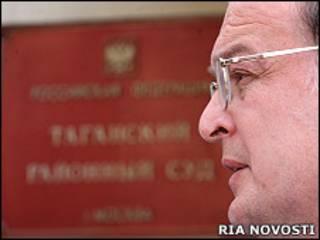 Юрий Самодуров у здания суда