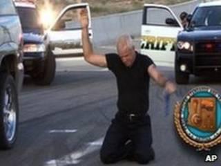 Imagem de um vídeo da polícia do Arizona que mostra como aplicar a nova lei estadual de imigração