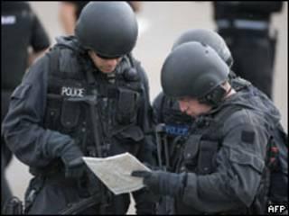Policiais participam de buscas a Moat (AFP, 6 de julho)
