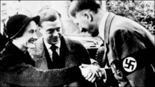 Trùm quốc xã Adolf Hitler (bên phải)