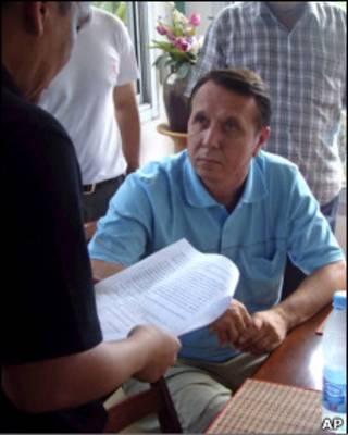 Михаил Плетнев беседует с полицейскими
