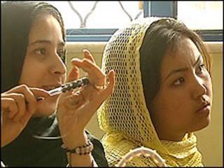 د کابل په ښځينه زندان کې له بندي ښځو سره ۶۰ ماشومان