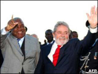 O presidente Luiz Inácio Lula da Silva ao lado do presidente de Zâmbia na chegada a Lusaka