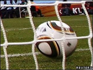 Bola entrando no gol, em jogo entre Inglaterra x Alemanha