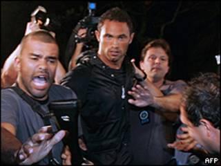 Bruno chegando à delegacia no Rio de Janeiro