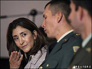 Ingrid Betancourt durante cerimônia em Bogotá (foto: Reuters)