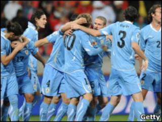 Selección uruguaya celebra un gol