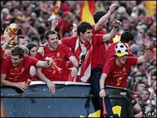 İspanya takımı kupa ile
