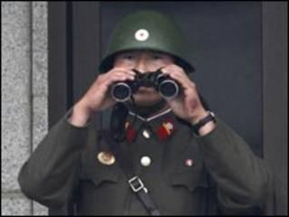 جندي كوري شمالي في نقطة مراقبة
