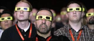 Personas viendo una película en 3-D