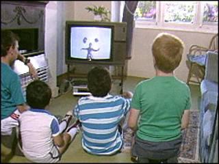 Дети смотрят телевизор