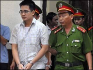 Nguyễn Đức Nghĩa trên đường tới phiên tòa (ảnh của VnExpress)