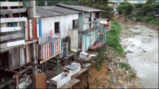 Palafitas em favela no Brasil