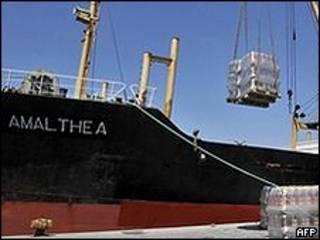 Amalthea sendo carregado em porto grego (foto: AFP)