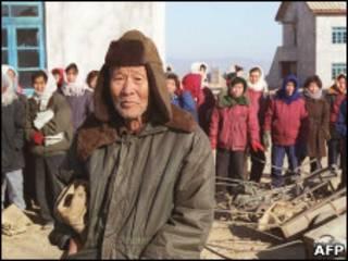 Граждане КНДР в ожидании гуманитарной помощи (фото 1990-х)