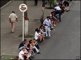 Fila de gente preparandóse a votar en Venezuela (foto de archivo)