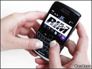 Смартфон Blackberry в руках у человека