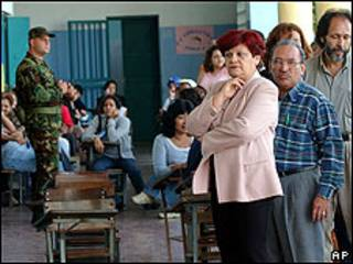 Venezolanos votando durante un referendum en 2004.