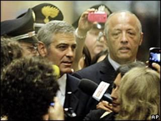George Clooney llegando al Palacio de Justicia de Milán