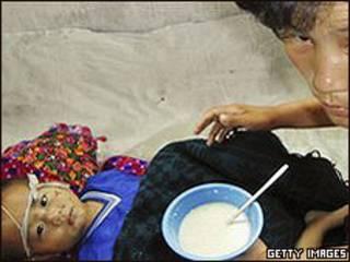 Madre alimentando a su hijo en Corea del Norte