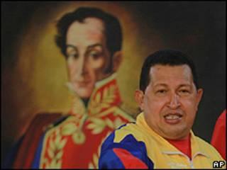 Hugo Chávez em frente a um quadro de Simón Bolívar (foto: AP)
