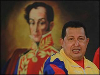 هوگو چاوز در مقابل نقاشی سیمون بولیوار