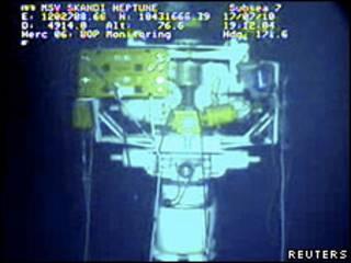 Imagen submarina de la cúpula de contención tomada el 17 de julio