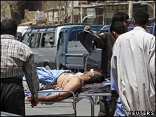 Iraquiano é levada de maca para hospital de Bagdá depois de explosão (foto: Reuters)