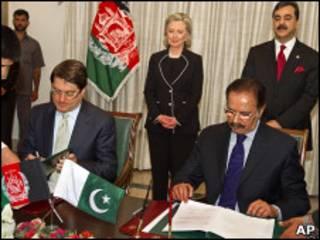 Представители Афганистана и Пакистана подписывают договор о торговле в присутствии госсекретаря США Хиллари Клинтон