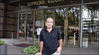 Tác giả Alan Shadrake một lần chụp ảnh trước Tòa tối cao Singapore