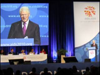 Біл Клінтон на конференції з проблем СНІДу у Відні