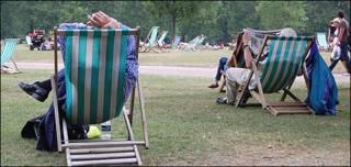 En el parque, leyendo el periódico