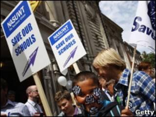 Учащиеся протестуют у здания британского парламента