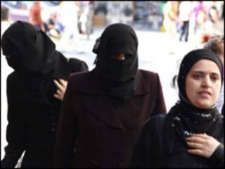 Suriye'de çarşaf giyen kadınlar