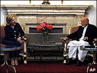 Hillary Clinton y Hamid Karzai