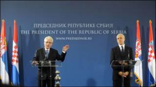 Hırvatistan Cumhurbaşkanı Ivo Josipoviç (solda) ve Sırbistan Cumhurbaşkanı Boris Tadiç