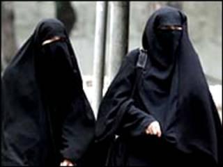 穿戴遮脸罩袍的妇女