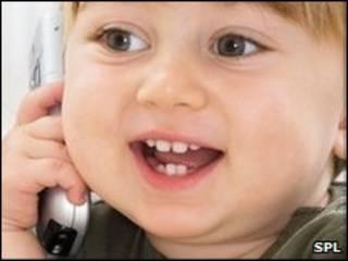 Criança falando ao celular