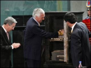 Samuel Moreno y Álvaro Uribe abren urna centenaria