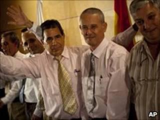 Prisioneiros cubanos chegam a aeroporto de Madri, Espanha (foto: AP)