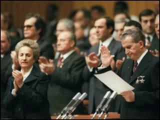 Los Ceausescu poco antes de su ejecución