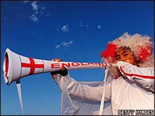 Niño inglés con una vuvuzela