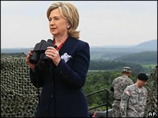 Hillary Clinton observa a Coreia do Norte na Zona Desmilitarizada da Coreia do Sul (foto: AP)