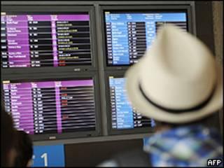 Passageiros observam voos cancelados no aeroporto de Orly (foto: AFP)