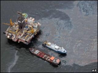 Trabalhos de contenção de vazamento de óleo no Golfo do México (AP, 16 de julho)