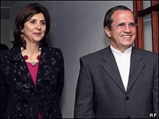 María Ángela Holguín, canciller designada de Colombia , y Ricardo Patiño, canciller de Ecuador, durante su reunión en Quito