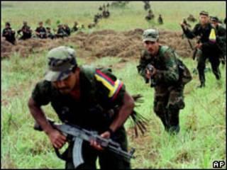 Foto de arquivo mostra guerrilheiros das Farc em treinamento (AP)