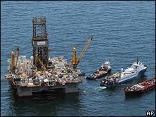Driller3 y otros barcos que trabajan en la zona afectada por el derrame.