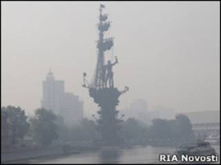 Памятник Петру I в Москве в дымке